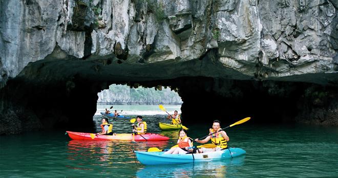 kayak-halong-bay-vietnam